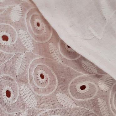 Coton blanc brodé ajouré volutes 140cm